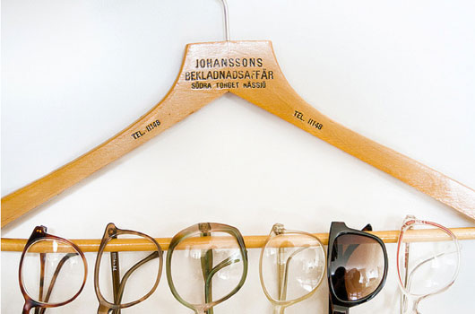 Do you have an extensive eyewear collection and no where to put them? Use a wooden hanger to display them neatly on your wall. Share on Flickr by, Hilda Grahnat.