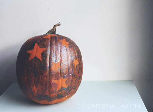 Painted Star Pumpkin for the Kid // thepapermama.com