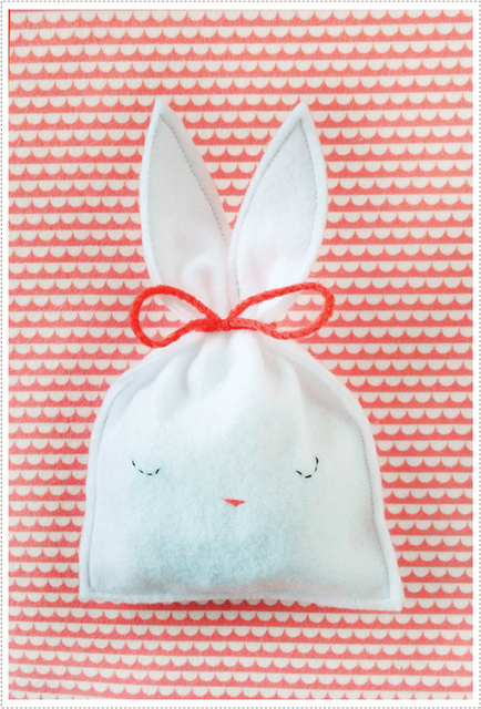 http://mermag.blogspot.com/2012/03/easy-bunny-candy-pouch.html