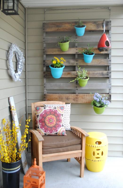 http://www.sasinteriors.net/2013/04/diy-vertical-pallet-garden/