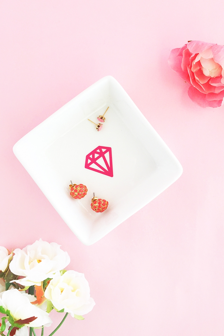 This little trinket dish is so quick and easy to make. Check it out on Maritza Lisa.