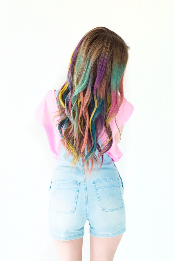 Do you want colorful hair, but don't want to destroy your hair? Check out this temporary ombre hair! Found on Studio DIY.