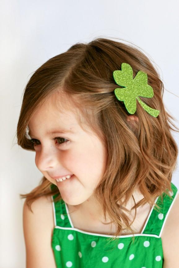 http://pagingsupermom.com/2013/03/easy-shamrock-hair-clip/