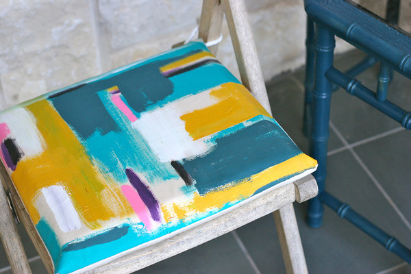 http://prudentbaby.com/2011/08/prudent-home/how-to-make-painted-cushions-2/