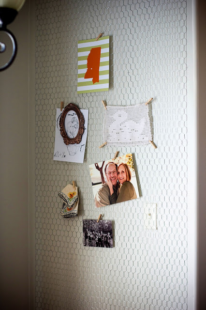 http://kateandkuby.blogspot.com/2012/07/diy-chicken-wire-wall.html