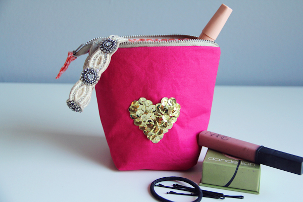 http://lovelyindeed.com/diy-zipper-pouch/